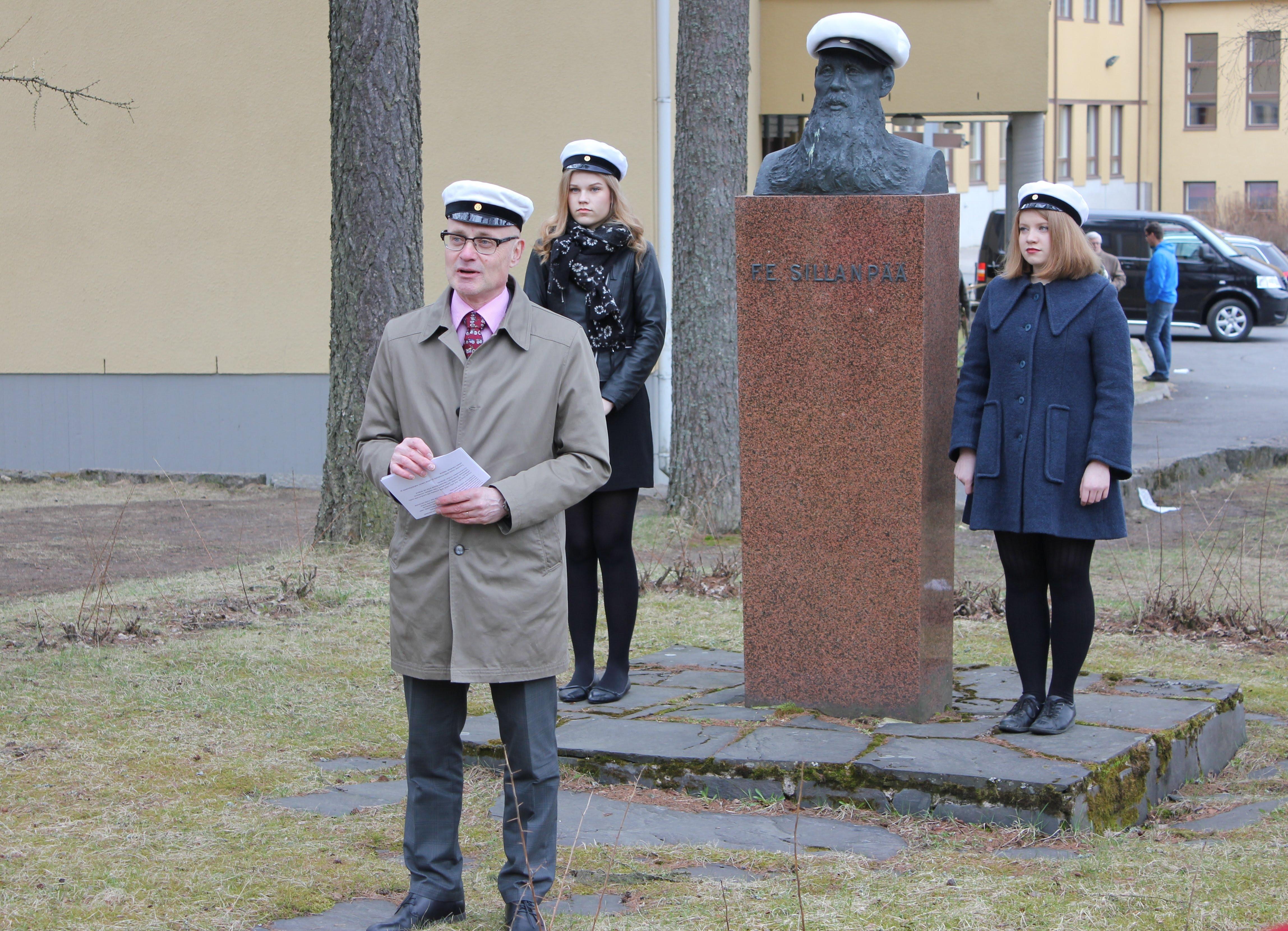 F. E. Sillanpään patsaan vappulakitus 2016